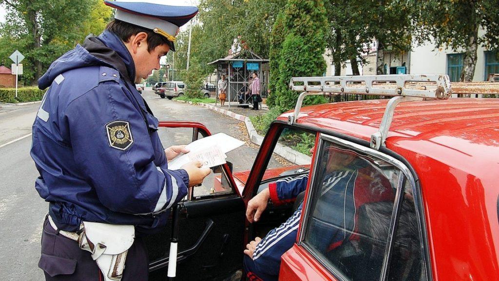 надо ли выходить из машины при общении с инспектором ГИБДД