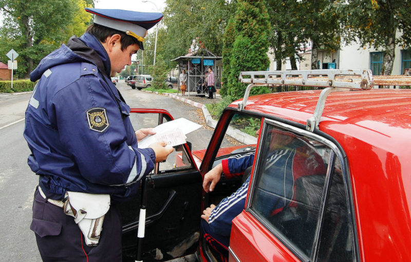 ГИБДД выписывает штраф за езду без прав
