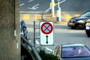 знак остановка запрещена