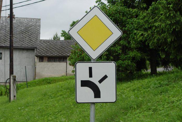 Как ехать на дорожный знак