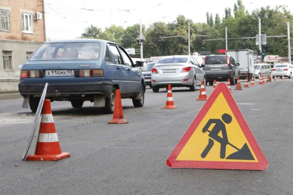 объезд препятствий на дороге